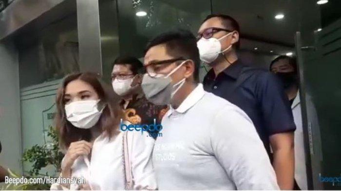 Gisella Anastasia dan kuasa hukumnya, Sandy Arifin di Polda Metro Jaya, Selasa (17/11/2020).