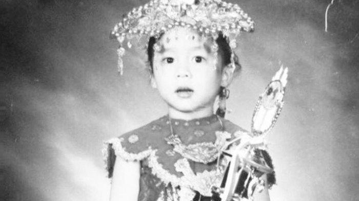 Penyanyi Ini Unggah Foto Masa Kecil Saat Hari Kartini, Bikin Netizen Terpana, Coba Tebak Siapa?