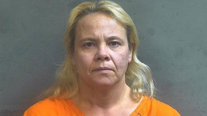 Gretta Feil (50) tega melukai cucu perempuannya dengan air mendidih dari shower hanya karena sang cucu mengencingi sofanya dan mencuil sebagian kecil furniturnya.