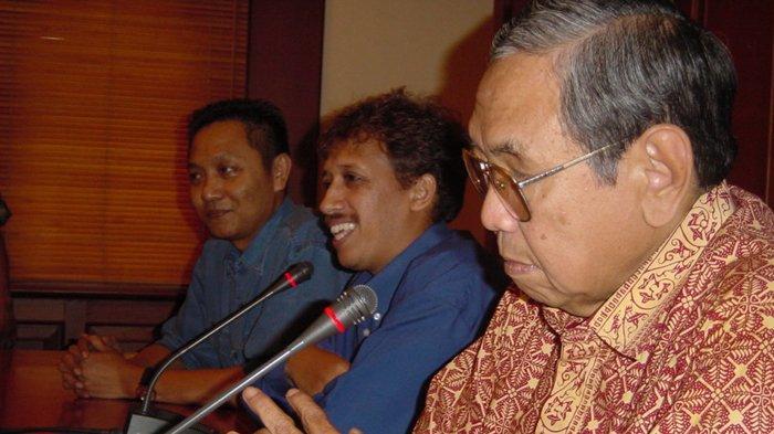 Gus Dur dan Munir Said Thalib dalam satu forum.