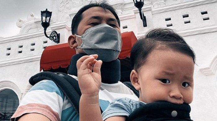 Hanung Bramantyo kenakan penyangga leher berwarna hitam. (Instagram Hanung Bramantyo)