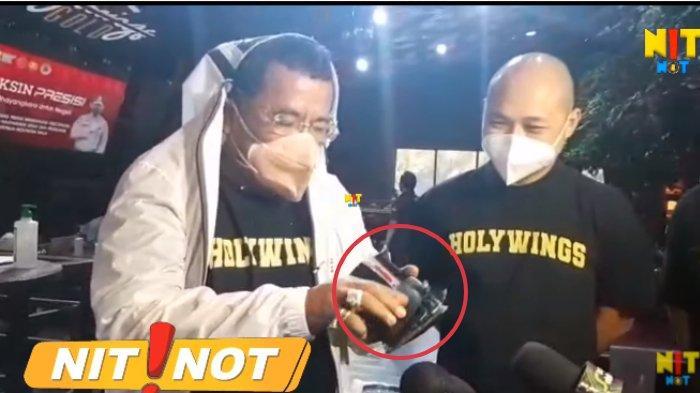 Hotman Paris menunjukkan barang termurahnya berupa dompet dengan harga Rp 50 ribu