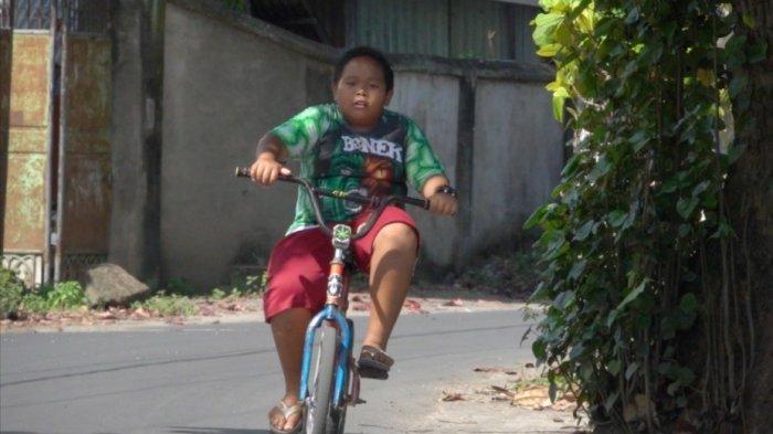 Demi Bertemu Pemain Bola Idolanya, Bonek Kecil Ini Nekat Kayuh Sepeda hingga Ratusan Kilomoter
