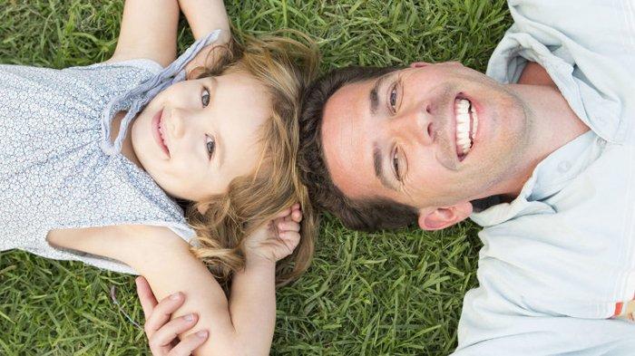 Ilustrasi anak dan ayah.