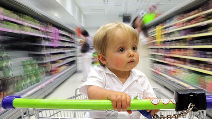 Ilustrasi Bayi Duduk di Troli Belanja