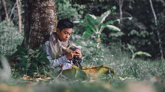 Ilustrasi berdoa, membaca bacaan dzikir.
