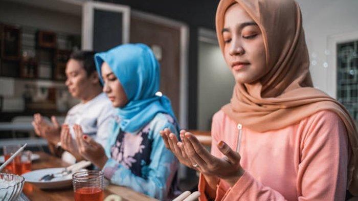 Ilustrasi berdoa sebelum makan sahur atau buka puasa.