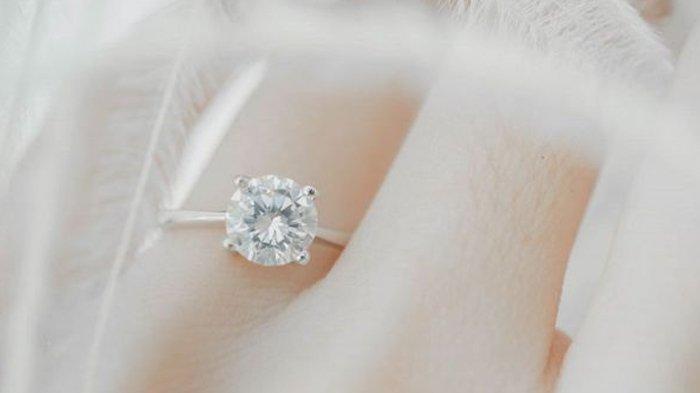 Ilustrasi cincin tunangan dengan lingkar tipis dan mata besar.