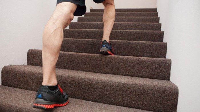 Ilustrasi gerakan olahraga dengan berjalan di dalam rumah.