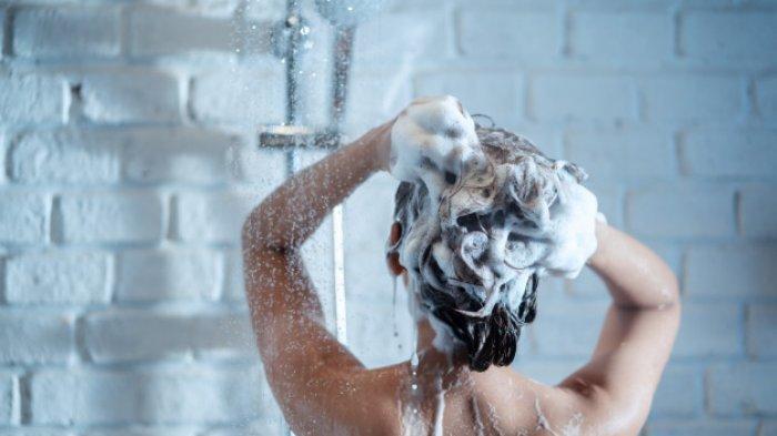 5 Kesalahan dalam Keramas yang Malah Bikin Rambut Makin Kusut, Perhatikan Cara Penggunaan Sampo
