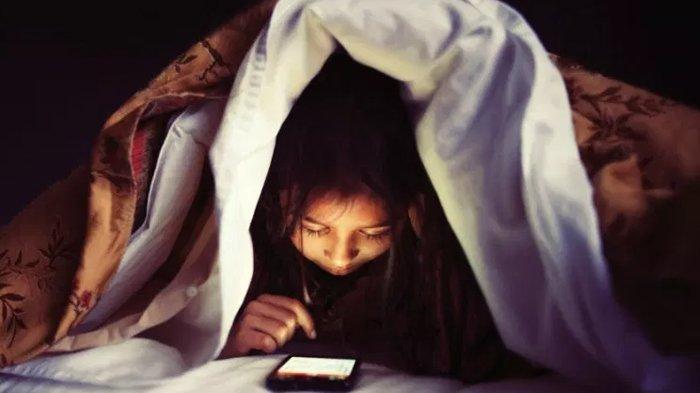 Menatap Layar Handphone dalam Gelap Sangat Berbahaya, Cahaya Birunya Bisa Buat Mata Buta!