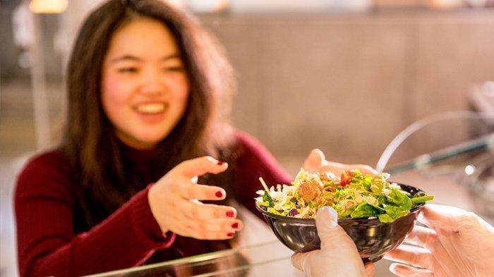 5 Cara Menipu Otak Supaya Lebih Cepat Kenyang dan Nggak Makan Melulu