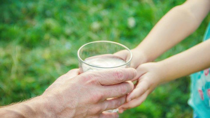 Panen Pahala, Ini 4 Keistimewaan Memberi Air Minum pada Orang Lain, Termasuk Amalan untuk Orang Tua