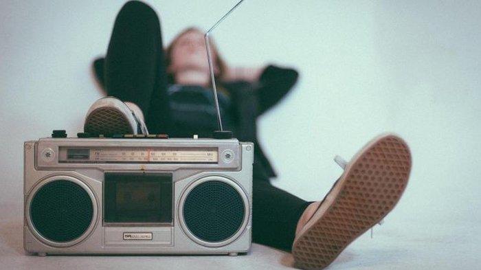 Ilustrasi mendengarkan musik dari radio.