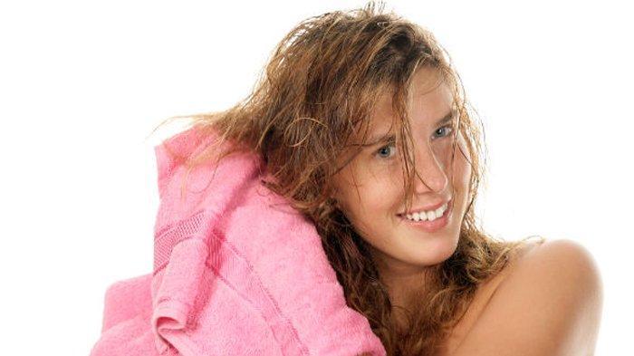 Ilustrasi mengeringkan rambut dengan handuk.