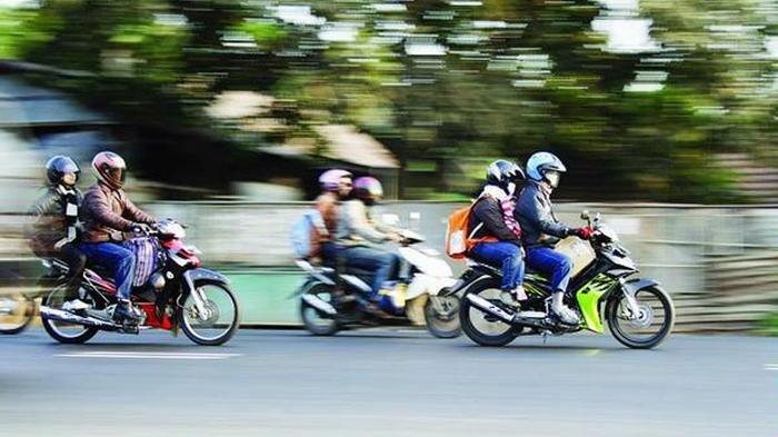 Ilustrasi mudik dengan sepeda motor.