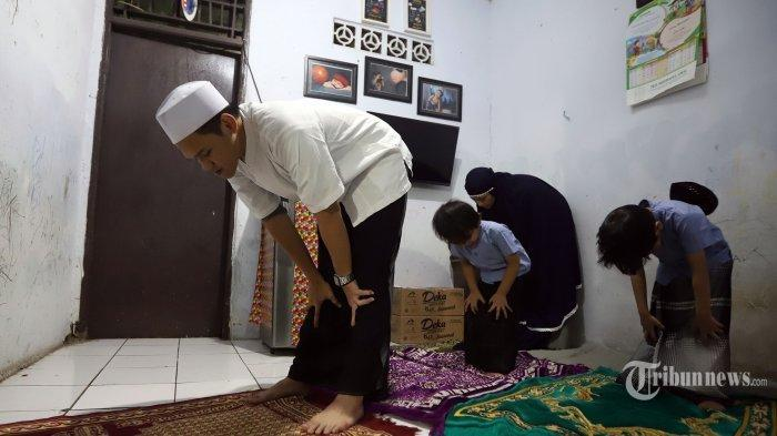 Ilustrasi sholat berjamaah bersama keluarga di rumah.
