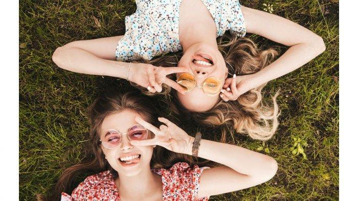 Ilustrasi dua wanita berteman.