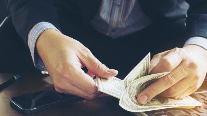 Meminjam uang dan berhutang.