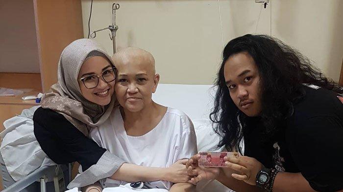Posting Foto Almarhumah Sang Ibu, Anak Indro Warkop Kenang Masa Pengobatan & Ungkap Kerinduan