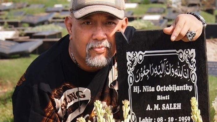 Indro Warkop Janji Akan Selalu Menjaga Makam Mendiang Istrinya Tetap Cantik Karena Alasan Ini