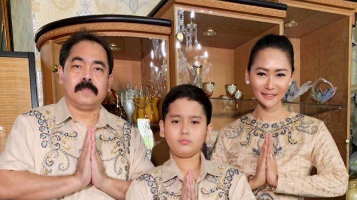 Inul Daratista bersama suami dan anaknya