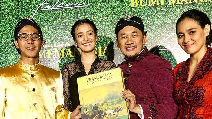Foto bareng Pemain Film Bumi Manusia, Tangan 'Nakal' Iqbaal Ramadhan Jadi Sorotan
