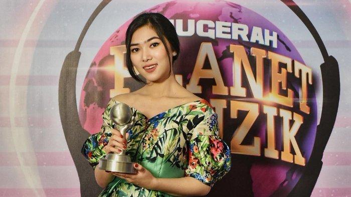 Setelah Borong 2 Penghargaan AMI Awards, Kini Isyana Sabet Best Artist Female Anugerah Planet Muzik
