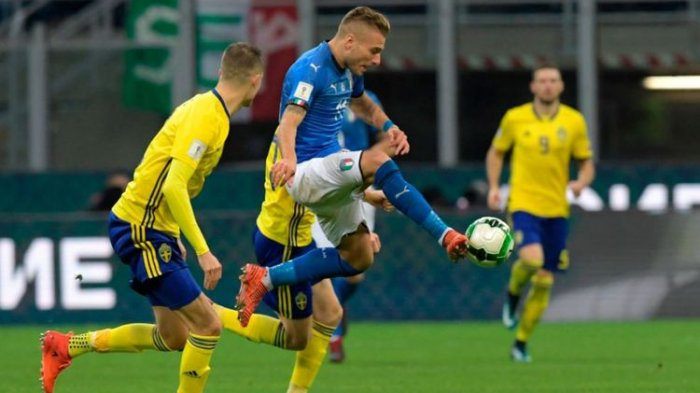 Penyerang timnas Italia, Ciro Immobile, mencoba mengontrol bola pada pertandingan play-off Piala Dunia 2018 kontra Swedia di San Siro, Senin (13/11/2017)  (AFP/ Miguel Medina)