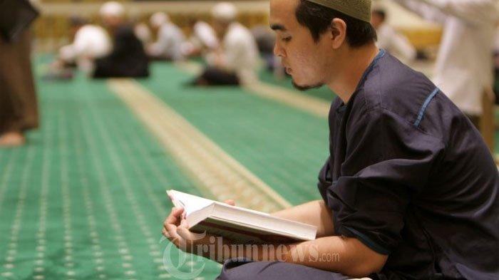 Umat muslim di Kota Pontianak melaksanakan i'tikaf dengan membaca ayat suci Alquran di Masjid Raya Mujahidin, Pontianak, Kalimantan Barat, pada malam 27 Ramadan 1436 H atau pada Senin (13/7) malam.