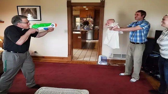 Jaga Jarak saat Pandemi, Kisah Pendeta Dunia Memilih Pakai Pistol Air untuk Membaptis Bayi