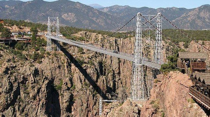 Jembatan Royal Gorge di Colorado, Amerika Serikat.
