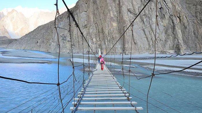 Jembatang gantung Hussaini di Pakistan.