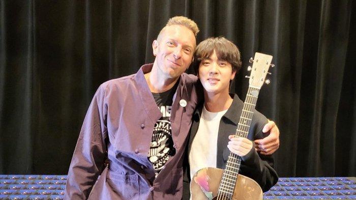 Jin BTS Dapat Hadiah Gitar Istimewa dari Chris Martin Coldplay, Ada Tulisan Tangan Spesial