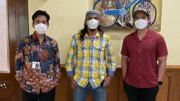 Kaesang Pangarep menemui kakaknya yang kini Wali Kota Solo, Gibran Rakabuming Raka bersama Presiden Pasoepati Maryadi Gondrong di Balai Kota, Selasa (9/3/2021)