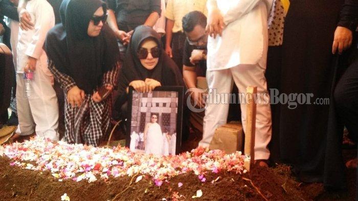 Syahrini memeluk foto sang kakak, Ridwan Zaelani, saat pemakaman di TPU Blender, Rabu (26/9/2018).
