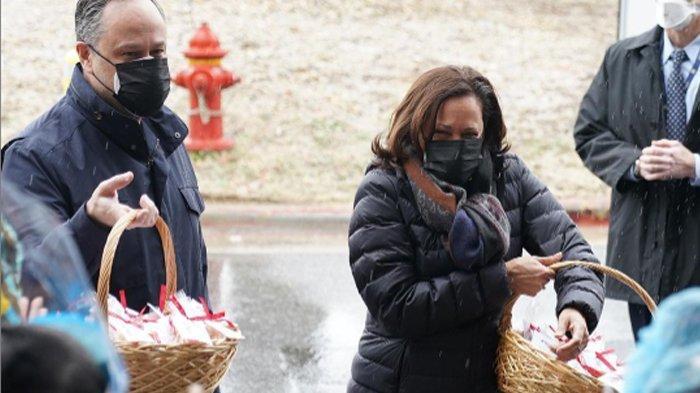 Kejutkan Tenaga Medis di Hari Valentine, Kamala Harris Bersama Doug Emhoff Bagi-bagi Kue Spesial