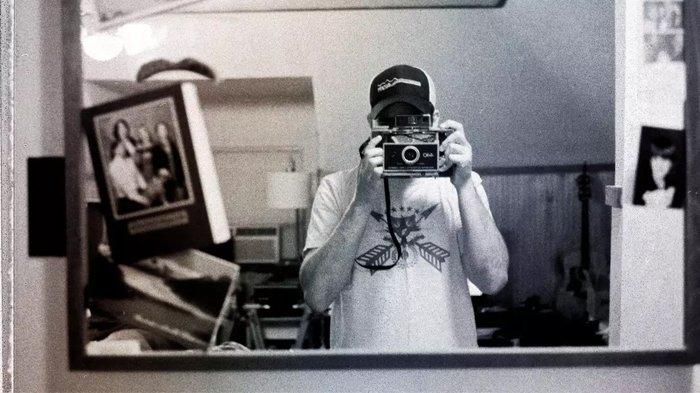 Menggunakan kamera Polaroid.