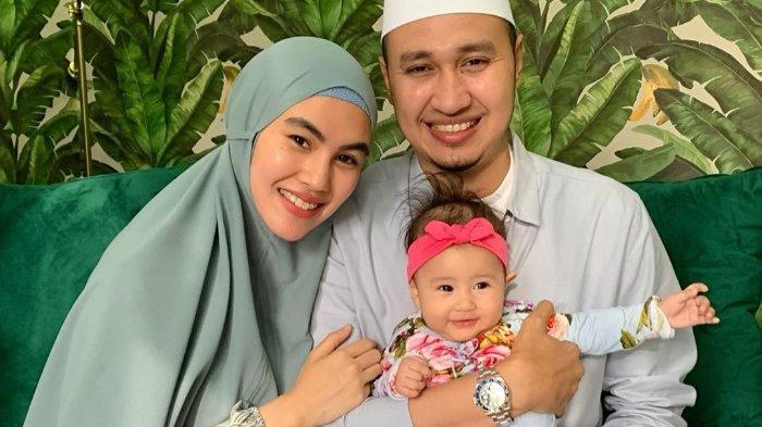 Kartika Putri bersama suami dan anak.