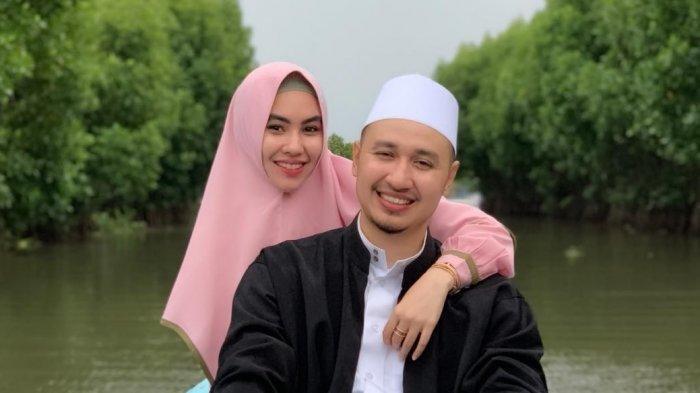 Kartika Putri dan sang suami