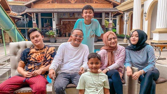 Kebersamaan Nathalie Holscer bersama Sule dan anak-anaknya
