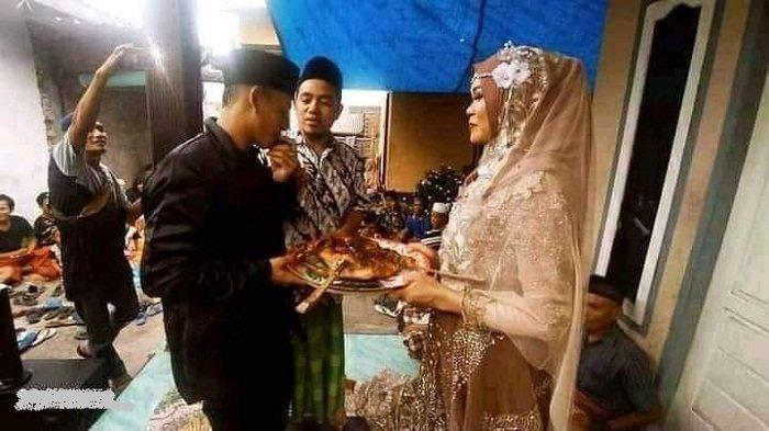 Kedua mempelai dan maskawin seekor ayam panggang, di Desa Gunung Rajak, Lombok Timur Senin (2/11/2020).