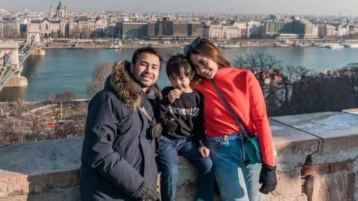 Raffi Ahmad Bagi-bagi Uang ke Crew, Lihat Dompet Ayah Rafathar, Simpel tapi Mahal