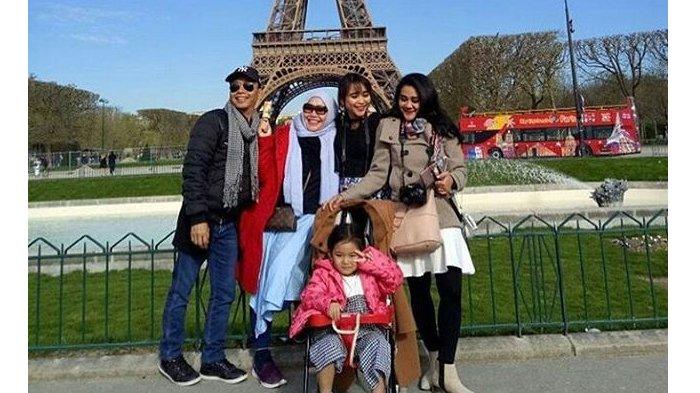 Astaga! Kompak Pakai Baju Couple, Keluarga Ayu Ting Ting Malah Dibilang Netizen Mirip Tahanan