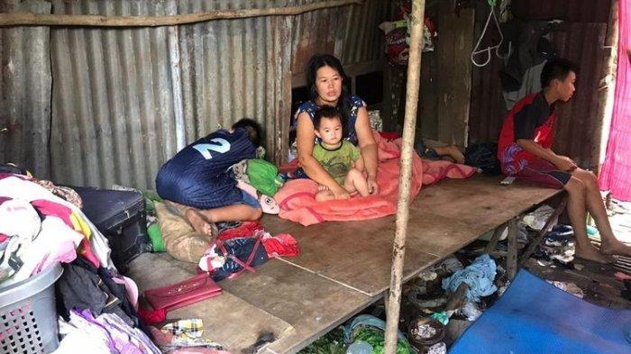 Miris, Rumah Dijual Mertua, Keluarga Tinggal di Gubuk Mirip Kandang Ayam & Anak Alami Putus Sekolah