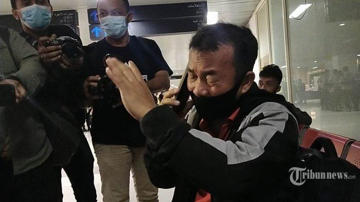 Keluarga korban jatuhnya pesawat Sriwijaya Air SJ182 Yaman Zai menangis histeris di Bandara Supadio, Pontianak, Kalbar, Sabtu (9/1/2021). Istri dan 3 anak Yaman Zai diduga menjadi korban jatuhnya pesawat Sriwijaya Air SJ182 di perairan Pulai Laki, Kepulauan Seribu, DKI Jakarta, pada pukul 14.30 WIB