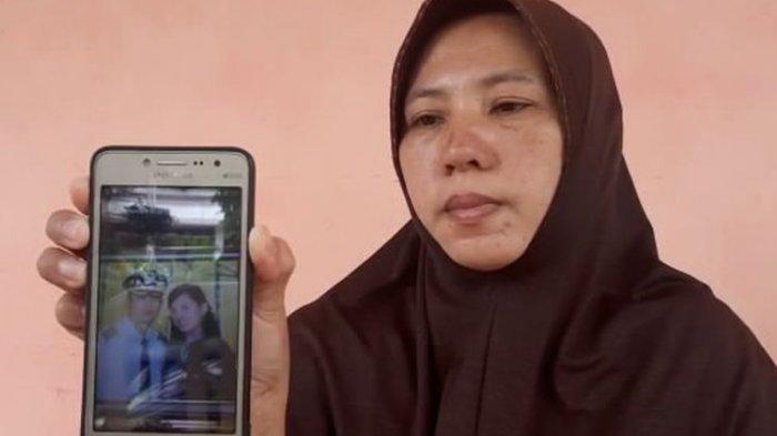 Desi Arikarnila menunjukkan foto adik iparnya, Kapten Didik Gunardi yang menjadi penumpang di Sriwijaya Air SJ182.