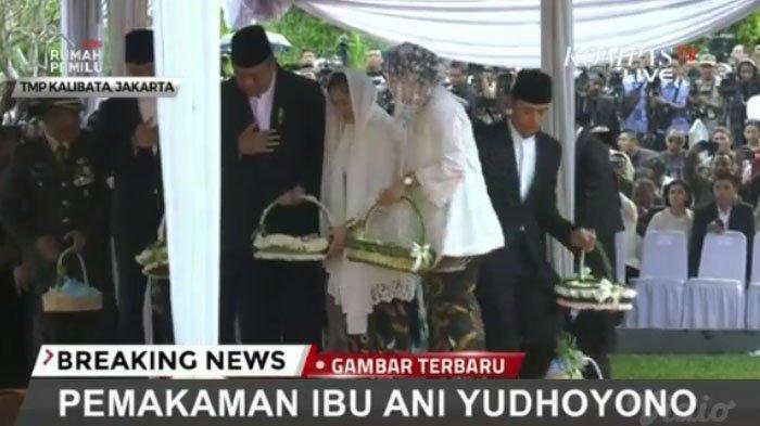 Keluarga SBY menaburkna bunga di makam Ani Yudhoyono