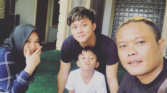 Rambut Dicukur Sambil Lantunkan Lagu Sunda, Aksi Sule Bikin Netizen Geleng Kepala!