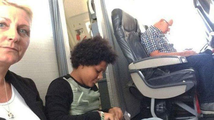 Bayar Hingga Puluhan Juta Rupiah, Keluarga di Inggris ini Malah Duduk di Lantai Pesawat
